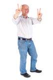 Retrato del viejo hombre que muestra la muestra de la victoria Imágenes de archivo libres de regalías