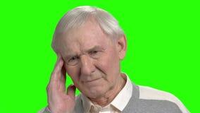 Retrato del viejo hombre triste que tiene dolor de cabeza almacen de video