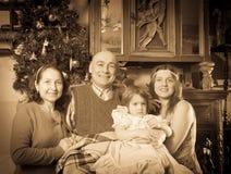 Retrato del vintage de la familia feliz en la Navidad imagen de archivo libre de regalías