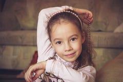Retrato del vintage de la sonrisa poca muchacha de la moda en gotas Imágenes de archivo libres de regalías