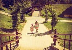 retrato del vintage de las niñas que corren con puesta del sol Fotos de archivo