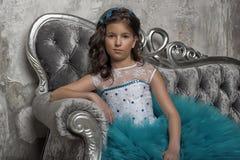 Retrato del vintage de una muchacha en un vestido azul Foto de archivo libre de regalías