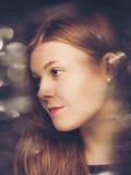 Retrato descolorado atractivo de la belleza foto de archivo
