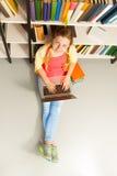 Retrato desde arriba de la muchacha sonriente con el ordenador portátil Fotografía de archivo libre de regalías