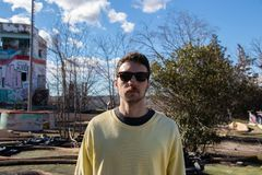 Retrato dianteiro do homem novo com cavanhaque e óculos de sol imagens de stock royalty free