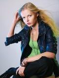 Retrato dinámico de la muchacha de moda Fotografía de archivo