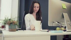 Retrato disparado de uma mulher criativa que senta-se em sua mesa usando o computador feliz trabalhar no escritório criativo mill filme