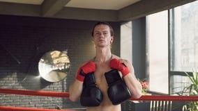 Retrato disparado do homem novo seguro no clube de encaixotamento video estoque