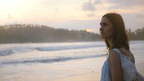 Retrato disparado médio da mulher caucasiano relaxado bonita nova do turista que aprecia a vista na praia tropical do oceano do p video estoque