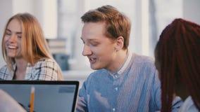 Retrato disparado médio do trabalhador de escritório caucasiano masculino bem sucedido feliz novo que fala atrás da tabela do esc vídeos de arquivo