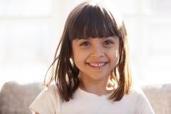 Retrato disparado principal de rir a menina adorável foto de stock royalty free