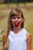 Retrato divertido con la manzana en boca Imagen de archivo libre de regalías
