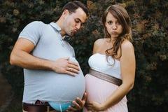 Retrato divertido de la esposa embarazada y del marido embarazada fotografía de archivo libre de regalías