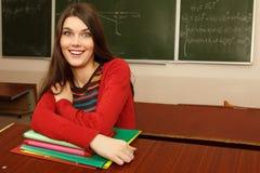 Retrato divertido de la muchacha adolescente del estudiante en universidad de la sala de clase Imagen de archivo libre de regalías