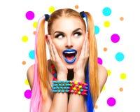 Retrato divertido de la muchacha de la belleza con maquillaje colorido Imágenes de archivo libres de regalías