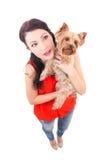 Retrato divertido de la mujer que sostiene el pequeño perro Imagen de archivo libre de regalías