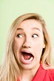 Alto backgroun del verde de la definición de la mujer de la gente real divertida del retrato Imagenes de archivo