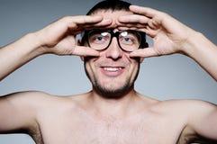 Retrato divertido de un hombre con los vidrios Imágenes de archivo libres de regalías