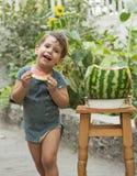 Retrato divertido de un muchacho increíblemente hermoso, comiendo la sandía, bocado sano de la fruta, imágenes de archivo libres de regalías