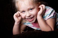 Retrato divertido de un niño de la muchacha Fotos de archivo libres de regalías