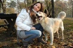 Retrato divertido de una mujer y de un perro imágenes de archivo libres de regalías