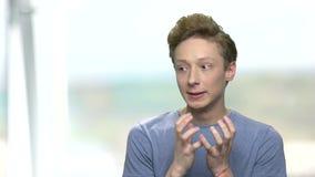 Retrato do adolescente agressivo irritado video estoque