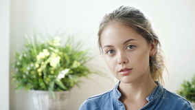 Retrato do adolescente bonito com olhos expressivos vídeos de arquivo