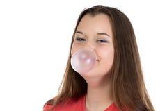 Retrato do adolescente de sorriso com pastilha elástica Imagem de Stock