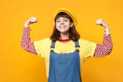 Retrato do adolescente encantador da menina na boina francesa, sundress da sarja de Nimes que mostram os bíceps, músculos isolado fotos de stock
