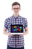 Retrato do adolescente que mostra o portátil com ícones dos meios e appl Imagens de Stock