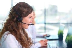 Retrato do agente fêmea de sorriso do serviço ao cliente Fotografia de Stock