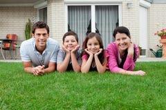 Retrato do agregado familiar com quatro membros que encontra-se no quintal fotos de stock royalty free