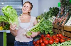 Retrato do aipo, do alho-porro e da alface verdes frescos de compra da mulher Fotografia de Stock
