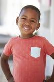 Retrato do aluno masculino fora da sala de aula na escola de Montessori fotografia de stock royalty free