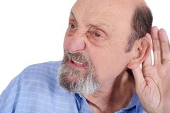 Retrato do ancião surdo que tenta escutar imagem de stock