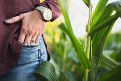 Retrato do anel de noivado da fêmea fotografia de stock