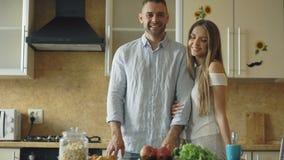 Retrato do ANG de sorriso dos pares loving que olha na câmera na cozinha em casa video estoque
