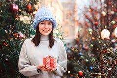 retrato do ano novo da menina feliz no chapéu de tamanho grande da malha do pedaço na compra do Natal no mercado do feriado da ci fotos de stock