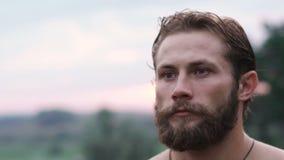 Retrato do aparte forte beraded do olhar do homem de olhos azuis lentamente vídeos de arquivo