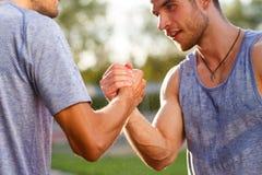 Retrato do aperto de mão considerável de dois homens fortes Centrado sobre as mãos Fotografia de Stock