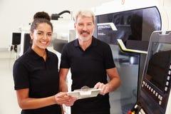 Retrato do aprendiz que trabalha com a máquina do CNC de On do coordenador imagens de stock