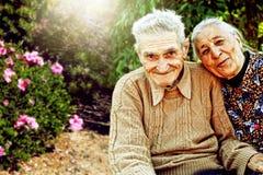 Retrato do ar livre de pares superiores felizes imagens de stock royalty free