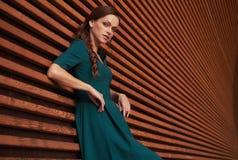 Retrato do ar livre de uma mulher elegante fotografia de stock royalty free