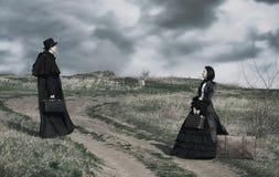 Retrato do ar livre de uma senhora victorian no preto e do cavalheiro imagem de stock