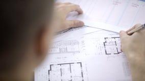 Retrato do arquiteto masculino, que está corrigindo o modelo da casa vídeos de arquivo