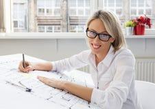 Retrato do arquiteto novo da mulher profissional no trabalho foto de stock
