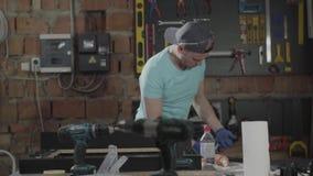 Retrato do artesão no tampão envolvido em seu trabalho Profiss?o do carpinteiro Conceito da fabrica??o da m?o filme