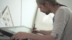 Retrato do artista digital masculino superior com cabelo cinzento longo video estoque