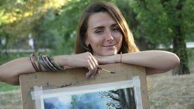Retrato do artista fêmea encantador com imagem e da escova no parque vídeos de arquivo