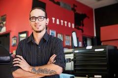 Retrato do artista Standing Inside Parlor da tatuagem Imagens de Stock Royalty Free